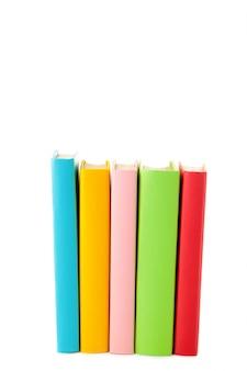Multi livros de escola coloridos isolados no branco com espaço da cópia. de volta à escola