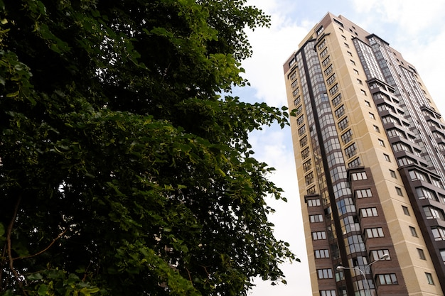 Multi-storey nova casa moderna e elegante feita de tijolos amarelos e marrons
