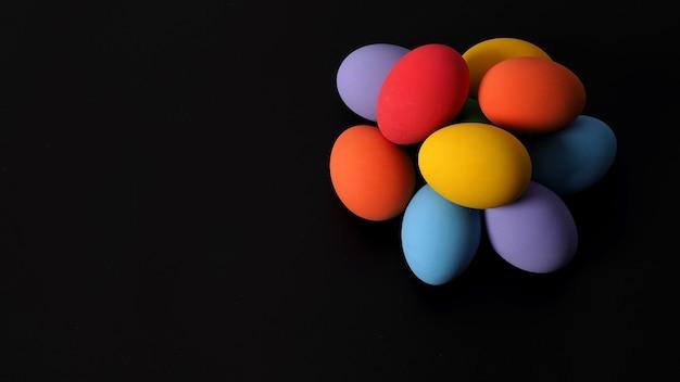 Multicolorido de ovos de páscoa no fundo do estúdio com fotos em close que incluem muitas cores