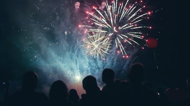 Multidão assistindo a fogos de artifício e comemorando