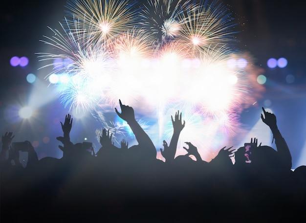 Multidão de concerto em silhuetas do clube de fãs de música com ação de mostrar a mão para celebrar com abeto