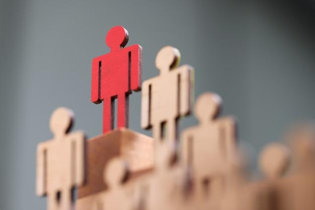 Multidão de figuras de madeira em cima de uma cor vermelha personalizada