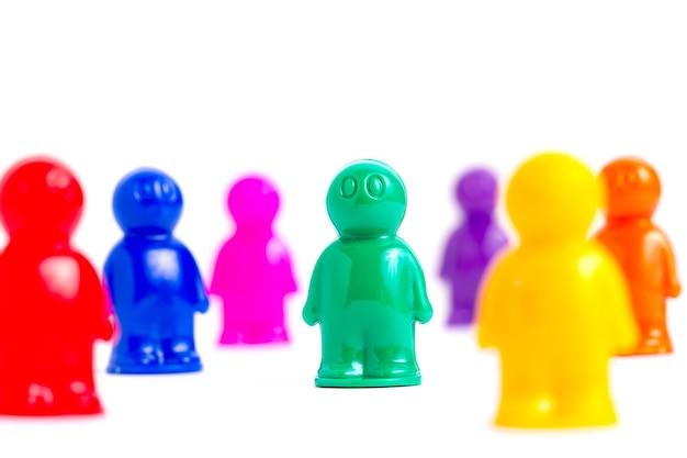 Multidão de pessoas de brinquedos coloridos