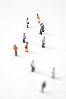 Multidão de pessoas em miniatura na cidade