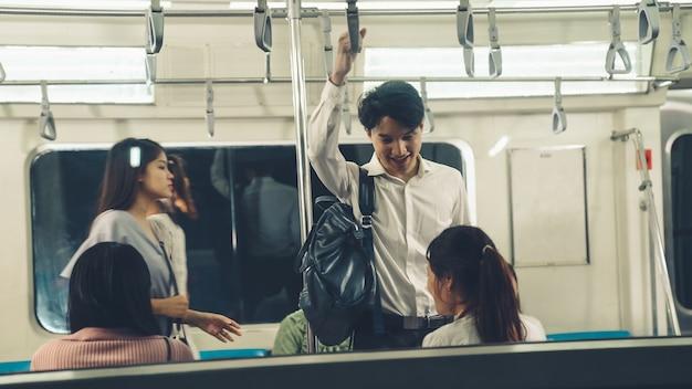 Multidão de pessoas em uma movimentada viagem de trem público de metrô