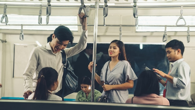 Multidão de pessoas em uma movimentada viagem de trem público lotado do metrô. conceito de estilo de vida urbano e pendulares.