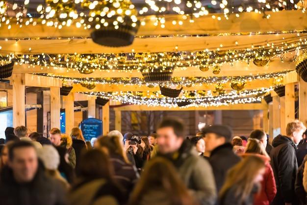 Multidão de pessoas nas ruas da cidade à noite de feriado
