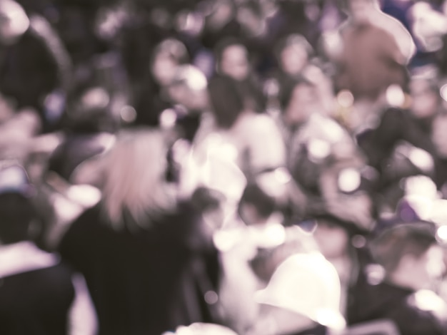 Multidão durante festival desfocado