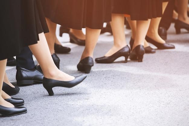 Multidão grupo pernas de senhora mulher em sapatos casuais na rua.