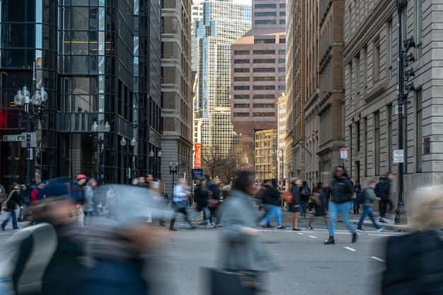 Multidão irreconhecível pedestres e interseção de tráfego rodoviário em torno da área de casa de estado velho de boston