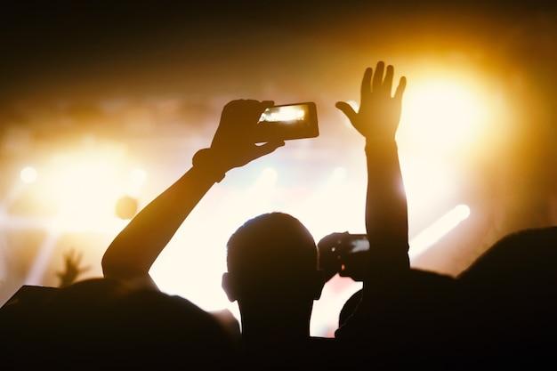 Multidões se divertindo no festival de música