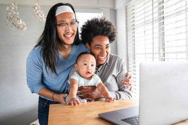 Multiétnico feliz em uma videochamada com os avós durante o bloqueio covid19