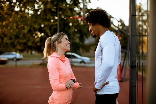 Multiétnico, par, fazendo, desporto, ao ar livre