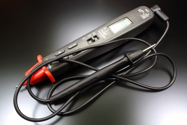 Multímetro digital tipo caneta com sonda em close-up preto