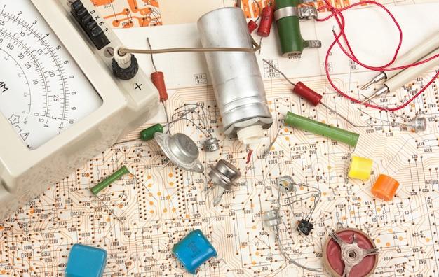 Multímetro e componentes eletrônicos no circuito