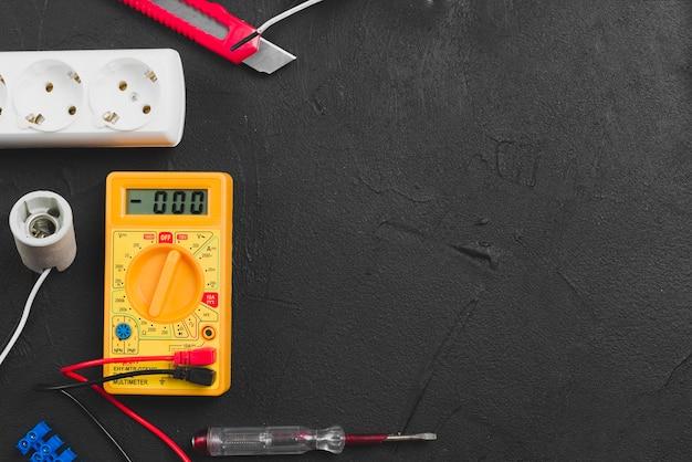 Multímetro e ferramentas elétricas