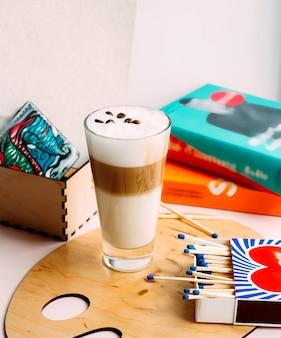 Múltipla camada de bebida de café
