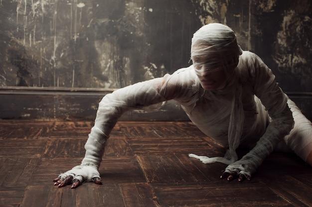 Múmia assustadora rasteja em você.