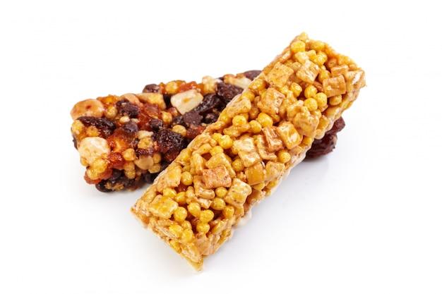 Munchies de granola saudável em fundo branco