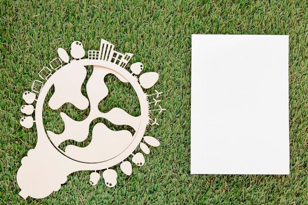 Mundo ambiente dia objeto de madeira com cartão vazio na grama