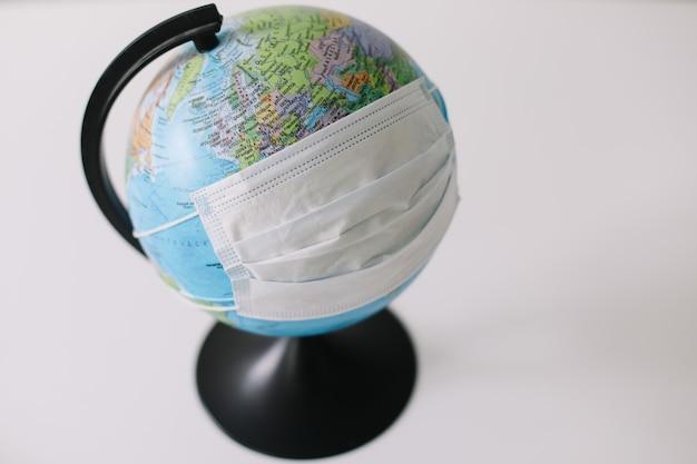 Mundo ou terra colocam máscara para lutar contra o coronavírus