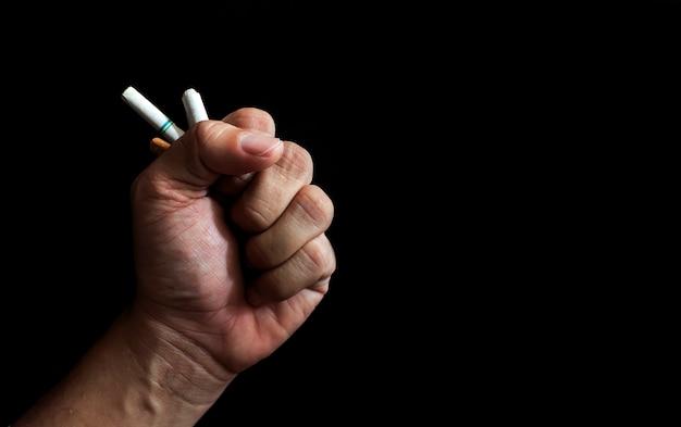 Mundo sem conceito de dia do tabaco. cigarros nas mãos dos homens