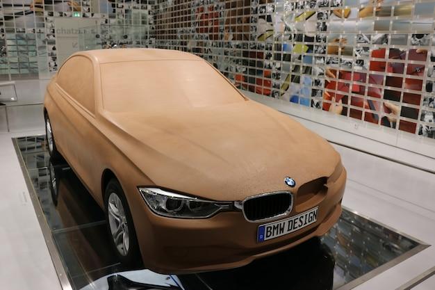 Munique, bavária, alemanha - 1º de julho de 2015: carros modernos no bmw museum and welt em munique