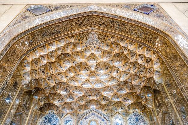 Muqarnas de ouro saltando com o trabalho de espelho no palácio chehel sotoun. isfahan, irã.