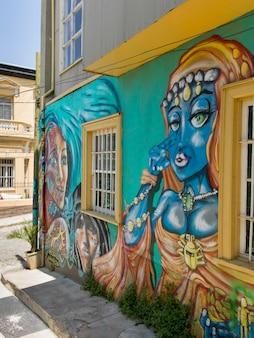 Murais de rostos femininos na parede exterior, valparaíso, chile