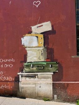 Mural de pilha de itens em frente na parede exterior, valparaíso, chile