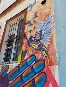 Mural de um pássaro na parede exterior, valparaíso, chile