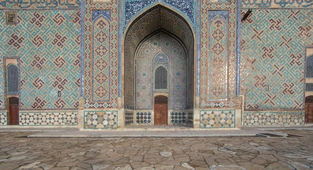 Muralha da antiga fortaleza árabe com portões