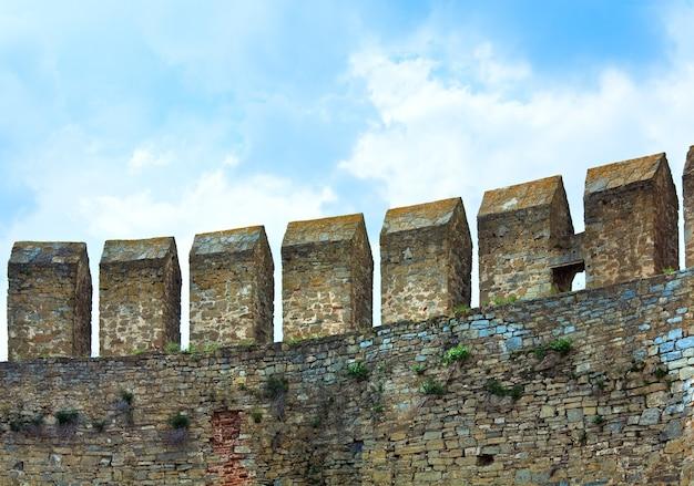 Muralha da fortaleza de khotyn na margem do rio dniester (chernivtsi oblast, ucrânia). a construção foi iniciada em 1325, enquanto grandes melhorias foram feitas nas décadas de 1380 e 1460.