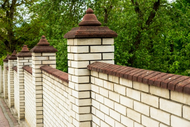 Muro de pedra de uma cerca de tijolo branco, elemento closeup