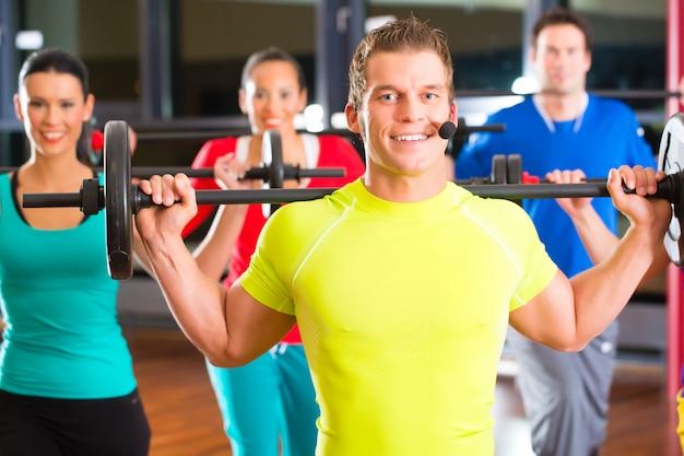 Musculação na academia com halteres