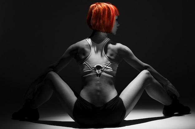Muscular de cabelo vermelho sentada