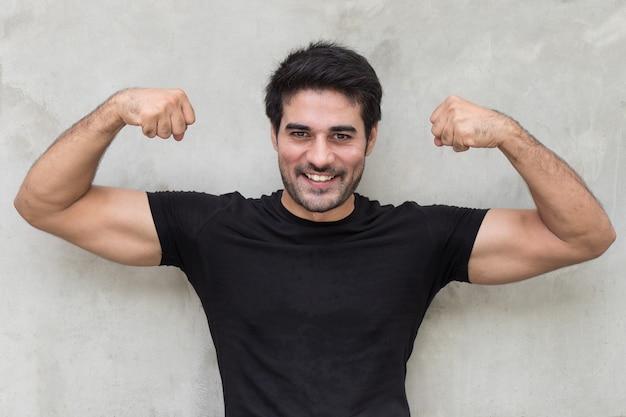 Músculo de homem indiano forte e saudável posando