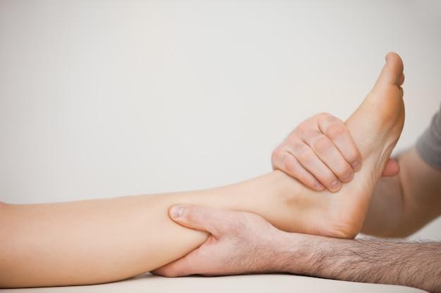 Músculo de um pé sendo massageado