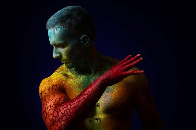 Músculo homem com arte corporal de fantasia