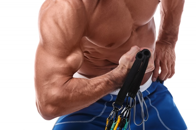 Músculo homem malhando com elástico