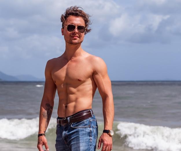 Músculo homem na praia