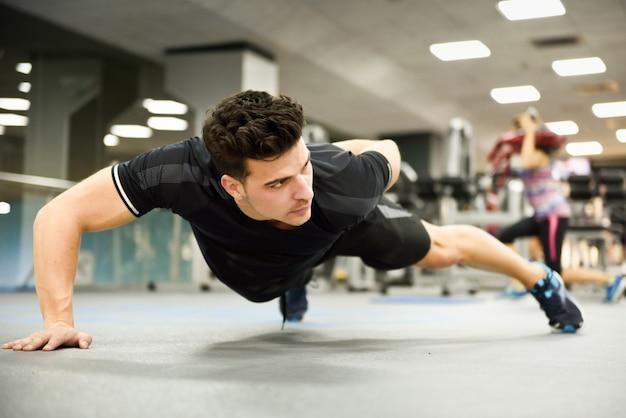 Músculos estilo de vida esporte jovem branco