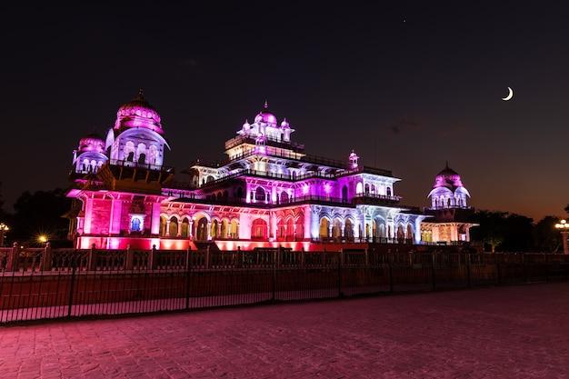 Museu albert hall na índia, jaipur, iluminação noturna.