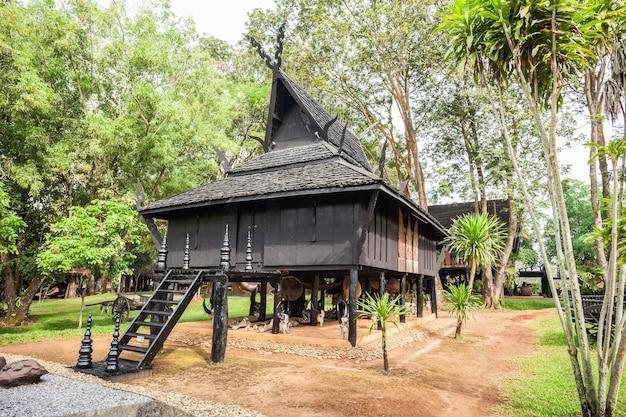 Museu baan dam (templo negro) na cidade de chiang rai, tailândia