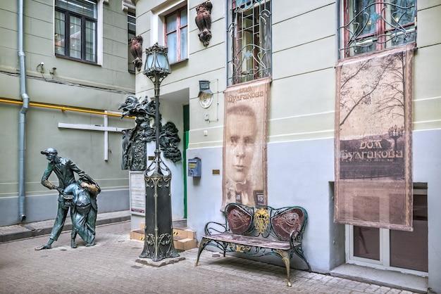 Museu bulgakov e escultura de koroviev e cat-begemot em moscou em um dia ensolarado de verão legenda: casa de bulgakov