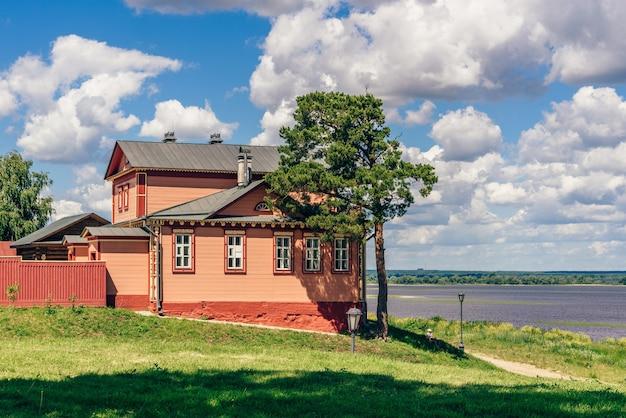 Museu da guerra civil na ilha rural de sviyazhsk, na rússia. dia de verão com céu nublado.