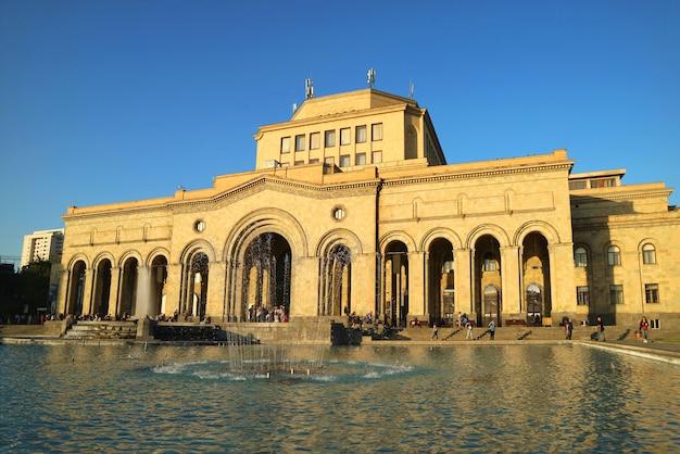 Museu de história e galeria nacional na praça da república de yerevan, armênia