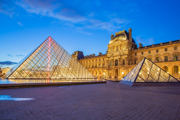 Museu do louvre, em paris, no crepúsculo na frança