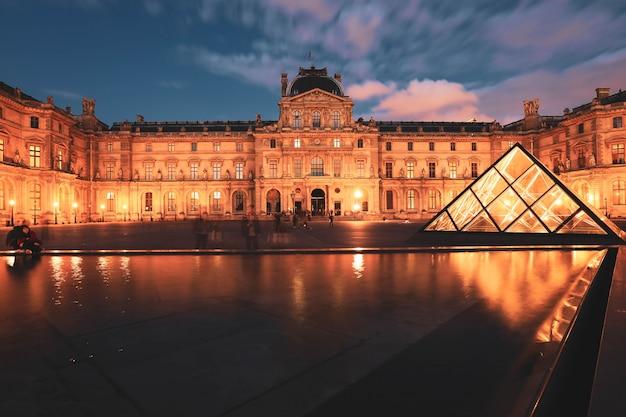 Museu do louvre no crepúsculo no inverno, este é um dos marcos mais populares de paris