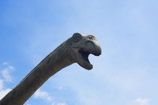 Museu do parque nacional com esculturas históricas de dinossauros ao ar livre na baleia na ilha de hainan